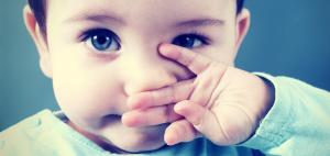 El niño y bebé con mocos claros
