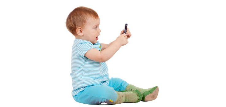Bebés que ya usan móviles y tabletas.