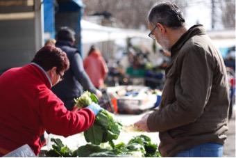 Comprando verduras en el mercado tradiconal
